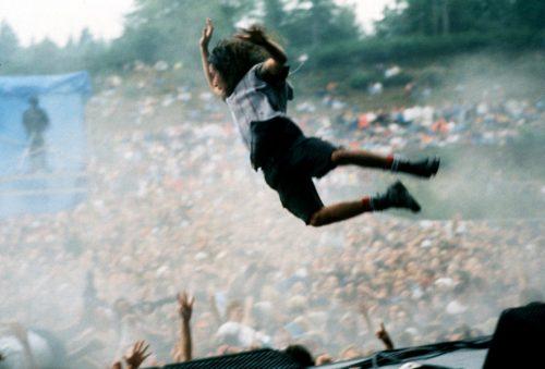 Eddie Vedder en uno de sus famosos saltos al foso. Foto: Lance Mercer.